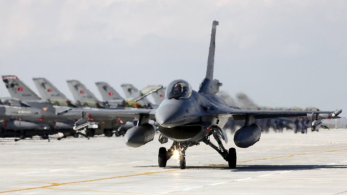 Ein türkischer F16- Kampfjet bereitet den Start auf einer Militärbasis des Landes vor (Archivbild).