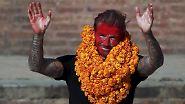 Keine Angst, nur Benefiz: David Beckham, der einst auch ganz gut Fußball gespielt hat, zu Besuch in Nepal. In Bhaktapur ging es darum, bei einem Wohltätigkeitskick Geld für das Kinderhilfswerk der Vereinten Nationen, Unicef, zu sammeln.