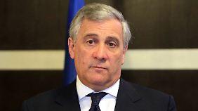 Hat Antonio Tajani eine schützende Hand über die Autoindustrie gehalten?