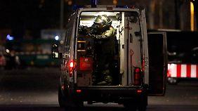 Polizisten untersuchen ein Auto derzeit auf Sprengstoff.