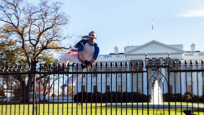 bei thanksgiving feier der obamas mann springt ber zaun am wei en haus n. Black Bedroom Furniture Sets. Home Design Ideas