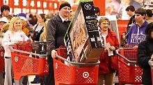 Black-Friday-Shopping in den USA: Auch hierzulande animieren Händler mit Rabattaktionen zum Kauf. Foto: EPA/Tannen Maury