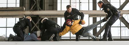 Mehrere Aktivisten besetzten das Dach des ICE.