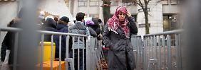 Flüchtlinge vor dem Berliner Landesamt für Gesundheit und Soziales (LaGeSo).