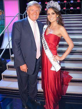 Trump posiert mit Fräulein Universe, Jimena Navarrete, vor den Kameras in Las Vegas.