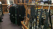 Sturmgewehre und andere automatische Waffen in einem Geschäft in Pierre/South Dakota.
