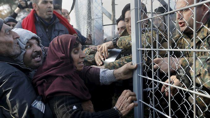 Weil die mazedonische Polizei Flüchtlinge an der Einreise hindert, spielten sich an der Grenze zu Griechenland in den vergangenen Tagen heftige Szenen ab. Auch andere Länder könnten bald zu einer Kontrolle der Binnengrenzen zurückkehren.