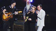 Zum Schluss des U2-Konzerts in Paris stand die irische Band gemeinsam mit den Eagles of Death Metal auf der Bühne.