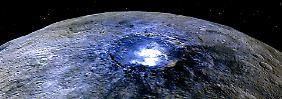 Ceres hat viele weiße Flecken, meist in einem Krater. Am auffälligsten sind diese im Occator-Krater.