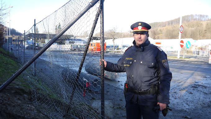 Chefinspektor Wolfgang Braunsar von der Landespolizeidirektion Steiermark am neu errichten Zaun am Grenzübergang Spielfeld.