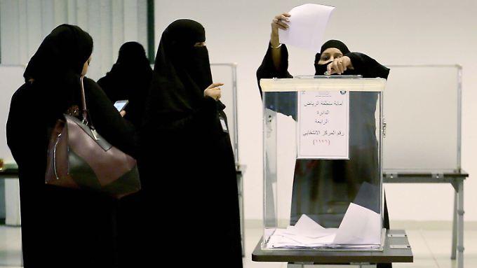 Saudische Wählerinnen geben in einem Wahllokal ihre Stimme ab.