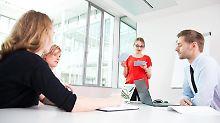 Im Meeting kommen Introvertierte häufig kaum zu Wort. Während sich die Extrovertierten die Bälle zuspielen, sind sie oft zu zaghaft. Hier kann eine gute Vorbereitung helfen.