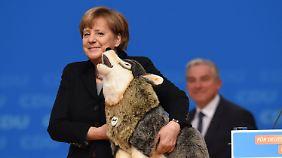 Zustimmung zu Flüchtlingspolitik: CDU feiert Merkel auf Parteitag in Karlsruhe