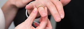 Das Finanzamt stuft Verheiratete in die Klasse IV ein. Nicht immer ist das die beste Wahl.
