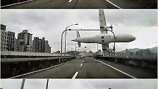 Wegen eines Pilotenfehlers rammt dieses Flugzeug mit 58 Menschen an Bord am 4. Februar eine Brücke in Taiwans Hauptstadt Taipeh und stürzt in den Fluss. Nur 15 Insassen überleben.