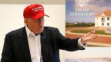 Donald Trump schaut beim Einlochen in Schottland künftig auf Windräder.