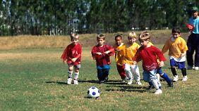 Knochen brauchen Druck, damit sie fest werden. Fußball im Kindesalter ist dafür bestens geeignet.