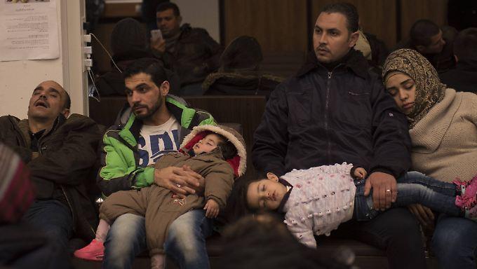 Warten auf einen Termin: Flüchtlinge müssen teilweise mehrere Tage warten, bis sie im Lageso angehört werden.