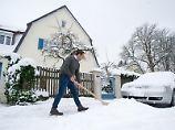Wer im Winter Räumpflichten erfüllen muss, sollte für eine Vertretung sorgen, wenn er in den Urlaub fährt. Andernfalls kann es teuer werden, falls jemand zu Schaden kommt.