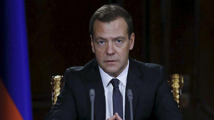 Der russische Ministerpräsident Dmitri Medwedew weitet die Sanktionen aus.