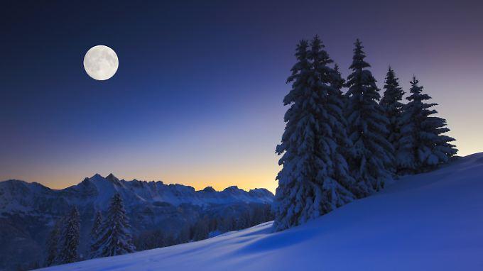 Romantik pur: Ein Vollmond zur Weihnachtszeit erwärmt die Herzen - wenn der Himmel klar ist.