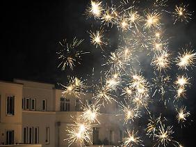 Raketen gehören zum Start ins neue Jahr. Gerade in Mehrfamilienhäusern sollten Feiernde es aber nicht übertreiben.