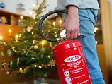 Den Feuerlöscher immer griffbereit haben - wer echte Kerzen an seinem Weihnachtsbaum verwendet, muss wachsam sein.