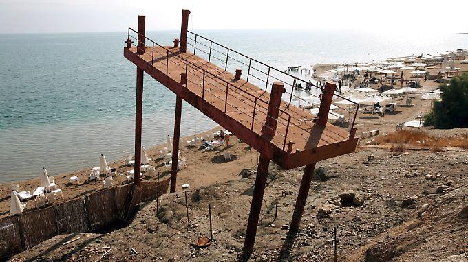 Dass sich das Tote Meer immer mehr zurückzieht, ist vielerorts deutlich zu erkennen, wie an diesem veralteten Steg.