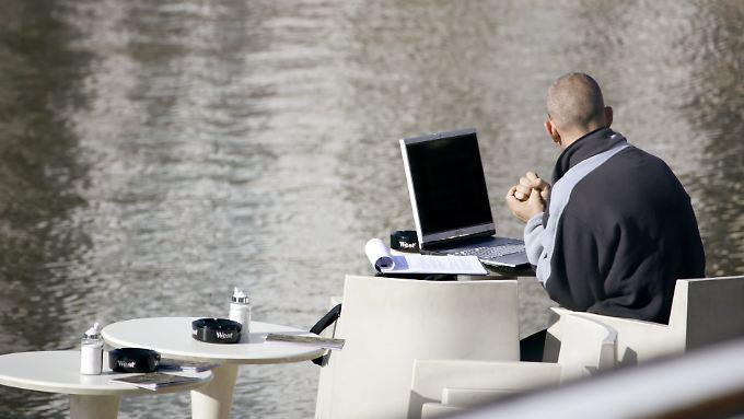 Der Frühling naht. Da kann man schon mal mit einem Laptop in einem Café am Wasser sitzen.