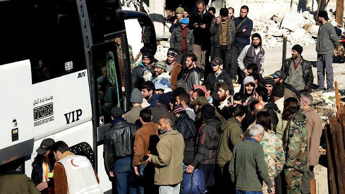 In der Stadt Sabadani beginnen aufständische Kämpfer ihre Reise, die sie über den Libanon und die Türkei in syrische Rebellengebiete führen soll.