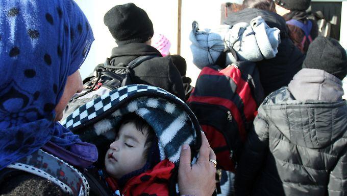 Auch an der Grenze zwischen Serbien und Mazedonien warten Flüchtlinge auf Durchlass.