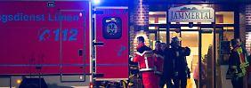 Rettungskräfte brachten die Verletzten nach dem Feuerwerks-Unglück ins Krankenhaus.