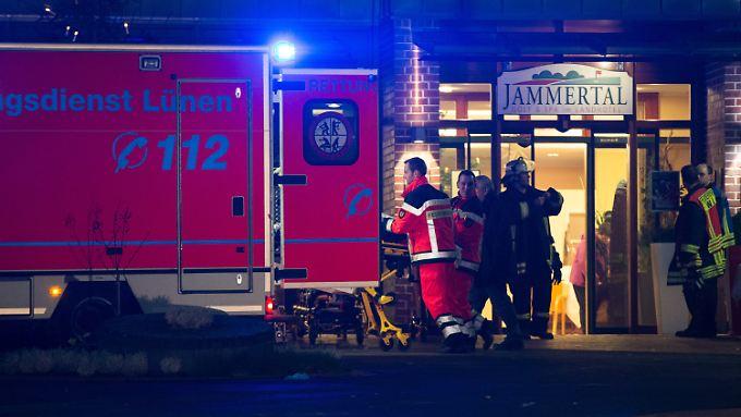 Rettungskräfte brachten die Verletzten nach dem Feuerwerksunglück ins Krankenhaus.