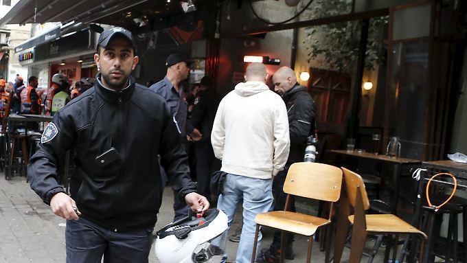 Polizisten sichern den Anschlagsort in Tel Aviv.