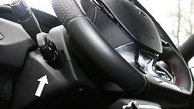 Der Tempomathebel (Pfeil) liegt im Peugeot 308 GT versteckt im Sichtschatten des Lenkrades.