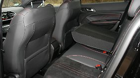 Die Fondpassagiere müssen im Peugeot 308 GT mit bescheidener Beinfreiheit auskommen.