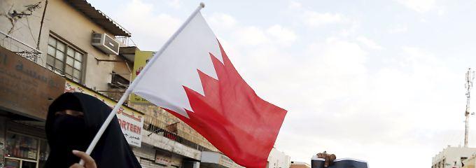 Rot-weiß wie ein auf die Seite gelegter fränkischer Rechen: Bei den anti-saudischen Demonstrationen in Manama schwenkten Demonstranten auch die Flagge Bahrains.