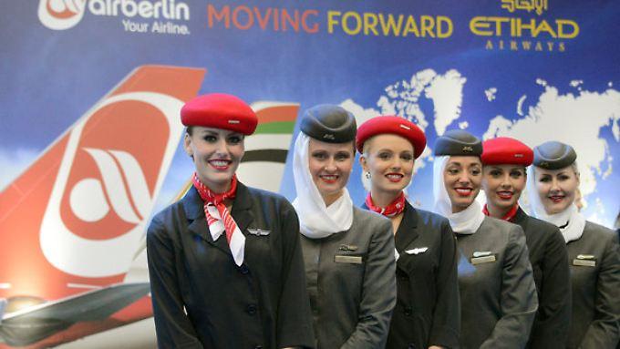 Gemeinsamer Flug ins Ungewisse: Zubringerflüge für Etihad sind künftig das Kerngeschäft von Air Berlin. Doch wer trägt die Verluste?