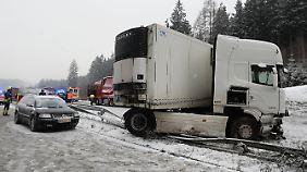 Der Fernbus kollidierte offenbar bei einem Überholmanöver mit einem Lastwagen.