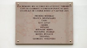 """Die Gedenktafel listet die Namen der getöteten """"Charlie Hebdo""""-Mitarbeiter auf."""