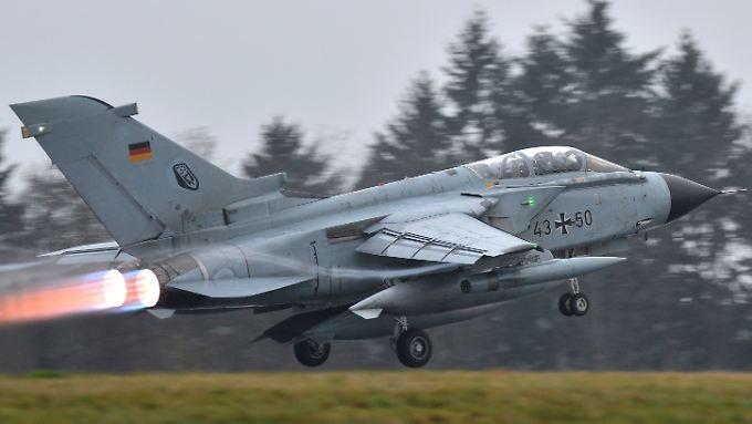 Ein Bundeswehr-Aufklärungsflugzeug vom Typ Tornado startet auf dem Fliegerhorst Büchel.