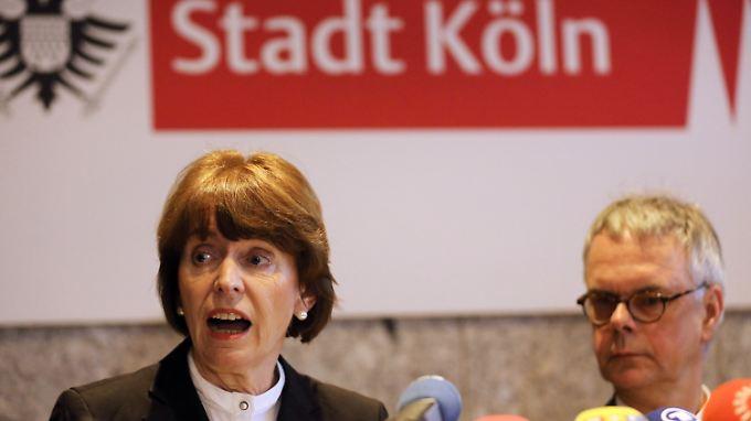 Erklärungsversuche, Maßnahmenkataloge: Henriette Reker und Wolfgang Albers bei der Kölner Pressekonferenz.