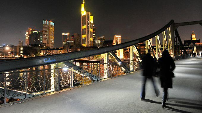 """Auf dem """"Eisernen Steg"""" in Frankfurt soll es in der Silvesternacht ebenfalls zu Übergriffen auf Frauen gekommen sein."""