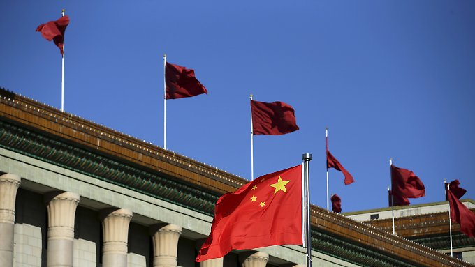 Stolze Flaggen auf der Großen Halle des Volkes in Peking: Die Volksrepublik sitzt auf den weltweit umfangreichsten Devisenreserven.