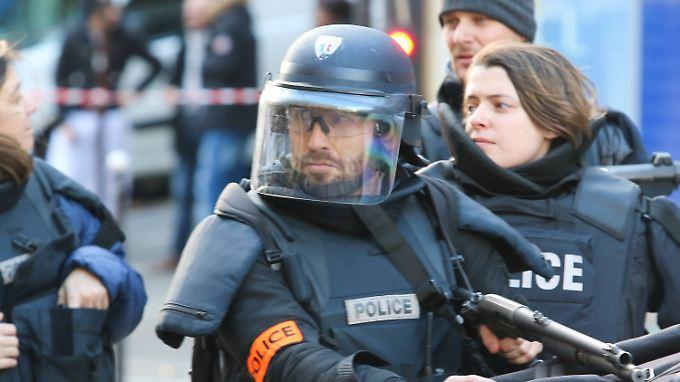 Polizisten erschossen den Angreifer vor einer Pariser Wache. Er trug eine Sprengstoffgürtel-Attrappe.