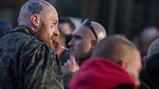 Laut Polizeiangaben soll es sich bei etwa der Hälfte der geschätzt 1700 Teilnehmer um Mitglieder der gewaltbereiten Hooliganszene handeln.
