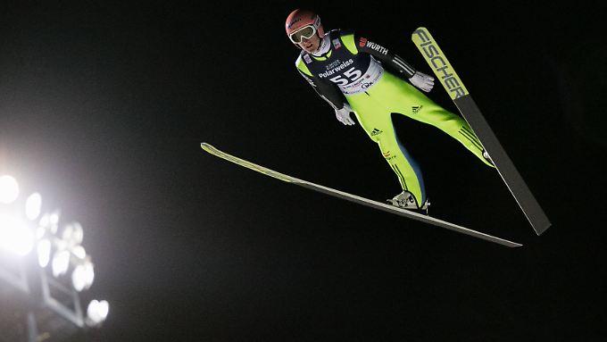 Diesmal fliegt Severin Freund seinem Konkurrenten Peter Prevc weit voraus.