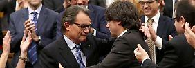Der alte (Artur Mas, links) und der neue (Carles Puigdemont, rechts) Regierungschef bei der Amtsübergabe