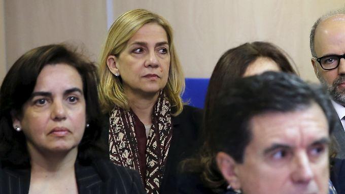 Infantin Cristina (2. v. l.) nahm ganz hinten auf der Anklagebank Platz.