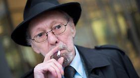 Adolfs vorm Landgericht. 2012 hatte die Vermieterin dem Kettenraucher gekündigt.